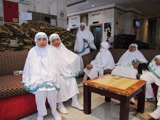 image haruskah ihrom bagi wanita berwarna putih? rafiqjauhary,Model Baju Ihrom Wanita